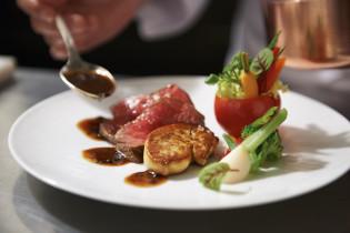 隣接キッチンから提供する料理|アニヴェルセル 表参道の写真(2320289)