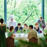 表参道のシンボルであるケヤキ並木の緑と自然光が、ゲストと過ごす時を温かに演出