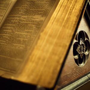 聖書台は「ロバートトンプソン」の作品。100年以上使い続けた本物のアンティークが作り出す空間美を体感。他にもイスや聖壇も調度品で取り揃えているので本格的なチャペル。|アニヴェルセル 表参道の写真(1077790)