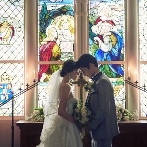 何気ない一瞬の写真も、ステンドグラスの輝きが魔法のように美しく魅力的な1枚にしてくれる。おふたりが「恋人」から「夫婦」に代わる瞬間の大切な場所だからこそ、こだわった調度品|アニヴェルセル 表参道の写真(3395168)
