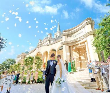 憧れの大階段でのフラワーシャワー!お城のようなチャペルの雰囲気と華やかなシーンにゲストからも歓声が!