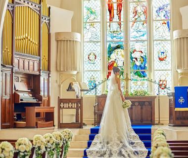 英国から受け継いだアンティークのステンドグラスが輝く大聖堂は、幼い頃に夢見た憧れの教会そのまま。