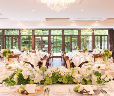 『セントラルステージ』は120名着席のパーティー会場。パノラマの窓からは四季折々の緑が楽しめ開放感溢れる。