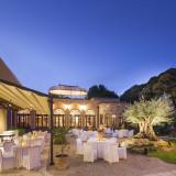 ガーデンを使用してのウェディングパーティは小笠原伯爵邸人気のスタイル。