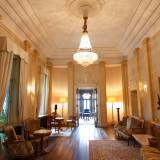 高い天井と上質なシャンデリアが目を引く、優雅な空間。洋館全て貸切過ごす本物の邸宅ウェディングを。