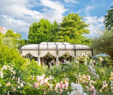 花と緑に囲まれた邸宅で叶えるガーデンウェディング