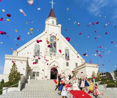 聖なる誓いを交わした後の、青空広がる大階段でのフラワーシャワーやブーケトス、バルーンリリースも楽しい演出の一つ。