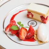 ウエディングケーキは入刀後一皿ひと皿美しく盛りつけてゲストへ。ふたりの愛を分けて幸せを配るという意味を込めて。