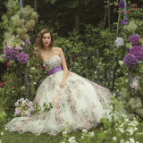 自然光溢れるチャペルや会場には柔らかい素材のドレスが似合う。質の高いドレスもお任せください。