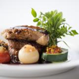 スペシャリテの牛フィレ肉とフォアグラのソティ着飾った野菜達 トリュフソース