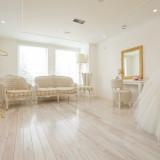 新郎新婦専用の控室「ブライズルーム」は白を基調とした空間