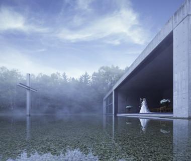 世界的建築家・安藤忠雄氏が、あるがままの自然と対話し創造した「水の教会」。