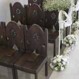 焦げ茶色の椅子が並び、木の温もりを感じられるチャペル。