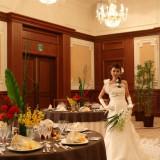 オリエンタルな雰囲気に合わせてドレスもちょっと大人っぽく。ウェディングドレスの種類は約120種類