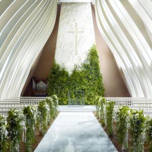 ホワイトローズのつぼみをイメージしたホワイトローズチャペル。シンプルな中にも華やかさがあります。|グランド ハイアット 福岡の写真(2128349)