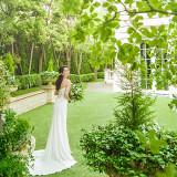 ドレスショップ「アクアグラツィエ」は、すべての花嫁が最高に輝いていたいと願う大切な一日のために、本物の上質を 見極めるプロフェッショナルの目で選び抜いたドレスを扱う
