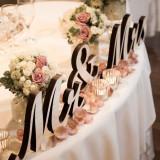 Mr&Mrsのイニシャルウッド。メインテーブルに飾ればたちまちフォトジェニックなコーディネートに。ゲストからも「お洒落!」「可愛い!」の歓声が上がること間違いなし…!