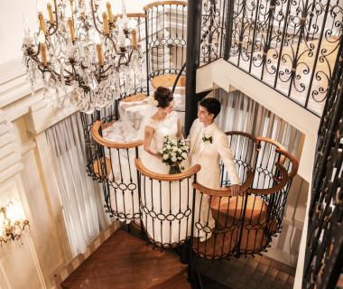 イタリアの職人がつくったらせん階段は、チャペルと同じお花をモチーフにした造り。階段からの入場が憧れ、という方もそうでない方も、フェアで一度体験してみて…!