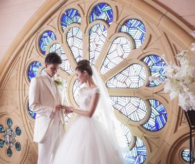 イタリアの職人の手によって造られたステンドグラスから自然光が差し込むチャペル。ベール越しの青の洗練された光を纏う挙式はゲストからも「写真が素敵に撮れた」と好評