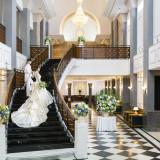 ドレスの長いトレーンが映える階段!写真撮影にも絶好のスポットです
