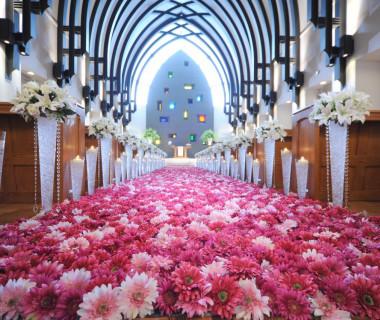 バージンロードはおふたりで並んでも十分な広さの横幅です!前撮りのときには、お花を敷き詰める演出もできます♪