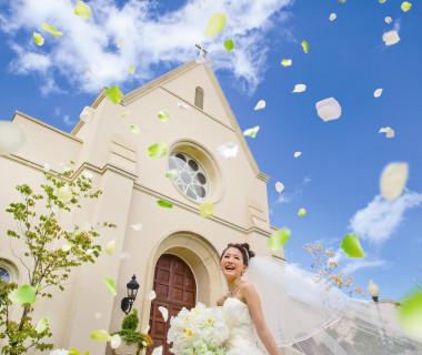 清々しい風が花嫁のベールをやさしく舞い上げ、周りのすべてがふたりを祝福してくれるようです