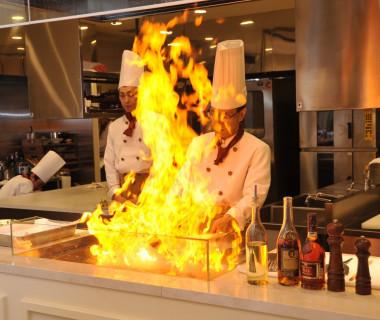 オープンキッチンではフランベをゲストの目の前で可能! 料理重視の方も大満足!!