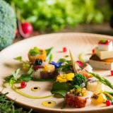 オードブル:ムースやジュレで作ったウエディングケーキや、季節の野菜をちりばめてバージンロードを表現しています。お皿に描かれたアートをお楽しみください。