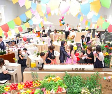 アレンジ可能な広いバンケット内はむしろ披露宴というよりパーティーがふさわしい。明るく元気な花嫁さんを意識したワイワイとしたアットホームなパーティーが叶う。