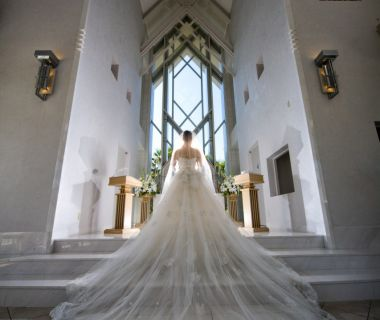 祭壇への階段を上る様は凛として優雅 【クリスタルチャペル】