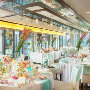 25F「アリエージュ」 地上90mから見渡す琵琶湖や街並みがおもてなしのひとつ。自然光もたっぷり入る開放的な会場はアットホームなパーティにぴったり。|クサツエストピアホテルの写真(738184)