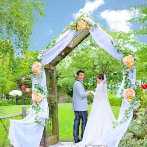 年間4組限定!恋人の聖地「みずの森」でのガーデンセレモニーは、空と季節の花々に囲まれる温かな挙式に。|クサツエストピアホテルの写真(862815)