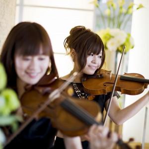 バイオリンと聖歌隊の歌声の中、おふたりの誓いの言葉がチャペルに響く。|クサツエストピアホテルの写真(738050)