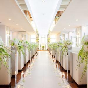 純白のチャペルには自然光がたっぷり降り注ぎ おふたりをより一層輝かせる。|クサツエストピアホテルの写真(3238987)