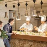 ライブキッチンで盛り付けらる料理で、最高の一皿をゲストにお届けする