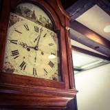 館内にたった一つだけの時計 英国製のアンティークの柱時計がゆっくりと時を刻む