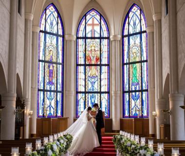 真紅のバージンロードとステンドグラスは正統派ウェディング憧れの花嫁に大人気
