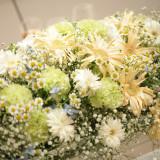 パーティー会場にご用意した装花は、お見送りの際にゲストにお渡しするのも良いですね。二次会がある方は、二次会会場で使用して頂くことも可能です。