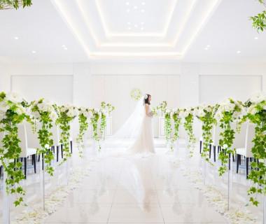 白とグリーンを貴重としたシンプルでナチュラルなチャペル!白いバージンロードの装飾でおふたりをお迎えします。