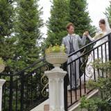 二人仲良く手を取り合い、緑溢れる階段を降りゲストの元へ…♪