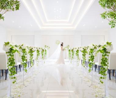 白とグリーンを貴重としたシンプルで大人ラグジュアリーなチャペル!みず白いバージンロードの装飾でおふたりをお迎えします。