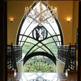 吹き抜けの館内に華やかさを演出するシャンデリア。