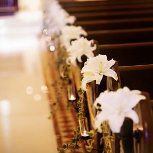 チャペル装花も全て生花で、大切な挙式シーンを演出。|赤坂ル・アンジェ教会の写真(1982008)