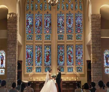 30枚ものステンドグラスに見守られて祝福のときを過ごす