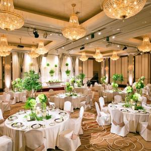 メイン会場「富士」は、16基のスワロフスキーシャンデリアが印象的な会場です。【収容人数:120~200名(分割の場合 70~80名)】|タカクラホテル福岡の写真(1019106)