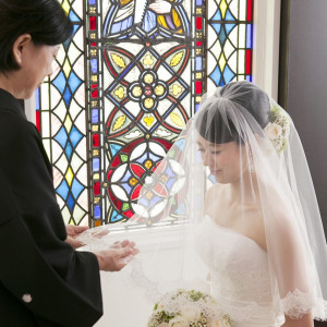 【チャペル「ルーナ・ピエーナ」】チャペルの側面を彩るのは200年の時を超える、イギリスの教会でつかわれていたステンドグラス。|タカクラホテル福岡の写真(635997)