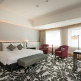 <ゲストルーム>高層階からの素晴らしい眺望が楽しめる246の客室。遠方ゲスト向けの優待価格もあり