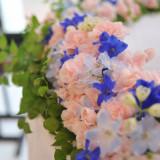 【高砂装花】ピンクのお花ととグリーンの中にブルーが光るアクセント ナチュラルで甘すぎない雰囲気が大人っぽい