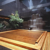 天然温泉が館内に。「すすきの天然温泉 湯香郷」。ご宿泊の方は、何度でもご入浴いただけます。塩サウナ・露天風呂が好評。
