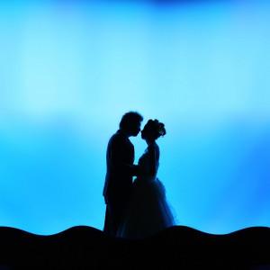 ロマンティックな誓いのキスシーン。新郎新婦の姿が「シルエット」で浮かび上がる様子に、ゲストからは思わずため息が… JASMAC PLAZA(ジャスマック プラザ)の写真(734143)